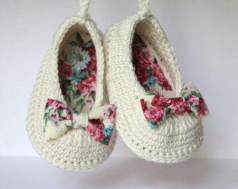 Zapatillas de bailarina de bebé botitas de bebé por LeftyStitches #crochetbabyboots