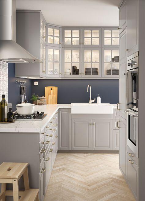 Cucina a L in stile tradizionale, con mobili base con ante ...