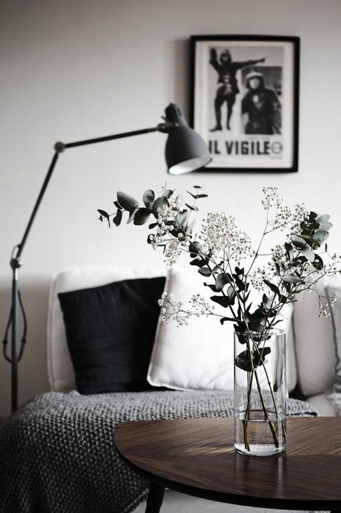 Vase Mit Blumen Eine Graue Decke Stehlampe Ein Graues Bild Wohnzimmer