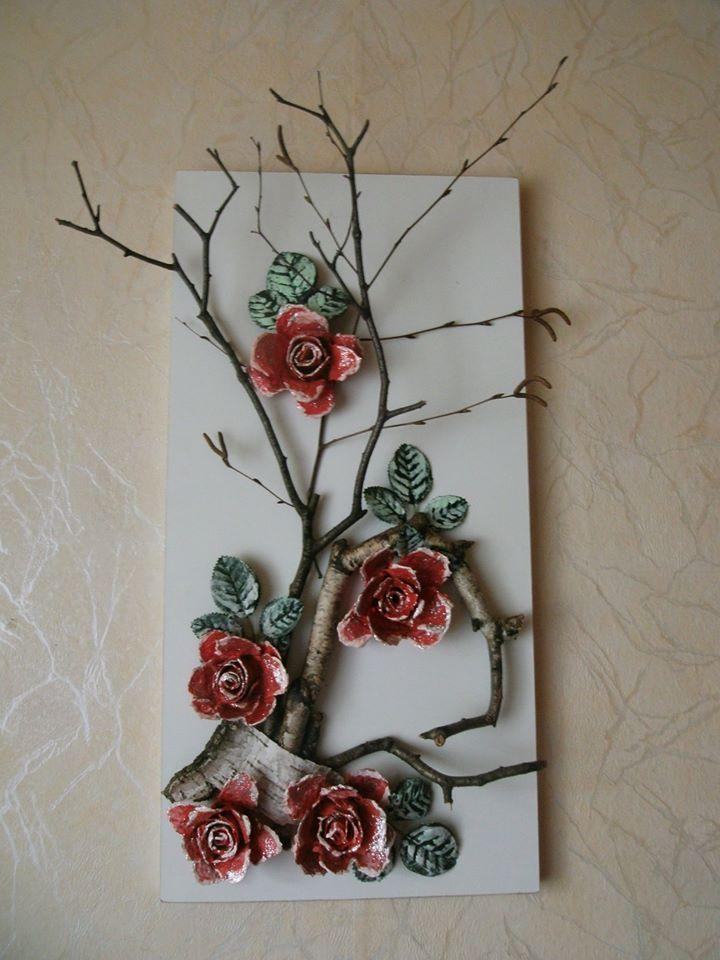 wanddeko aus gesammelten zweigen und rosen aus eierkarton. Black Bedroom Furniture Sets. Home Design Ideas