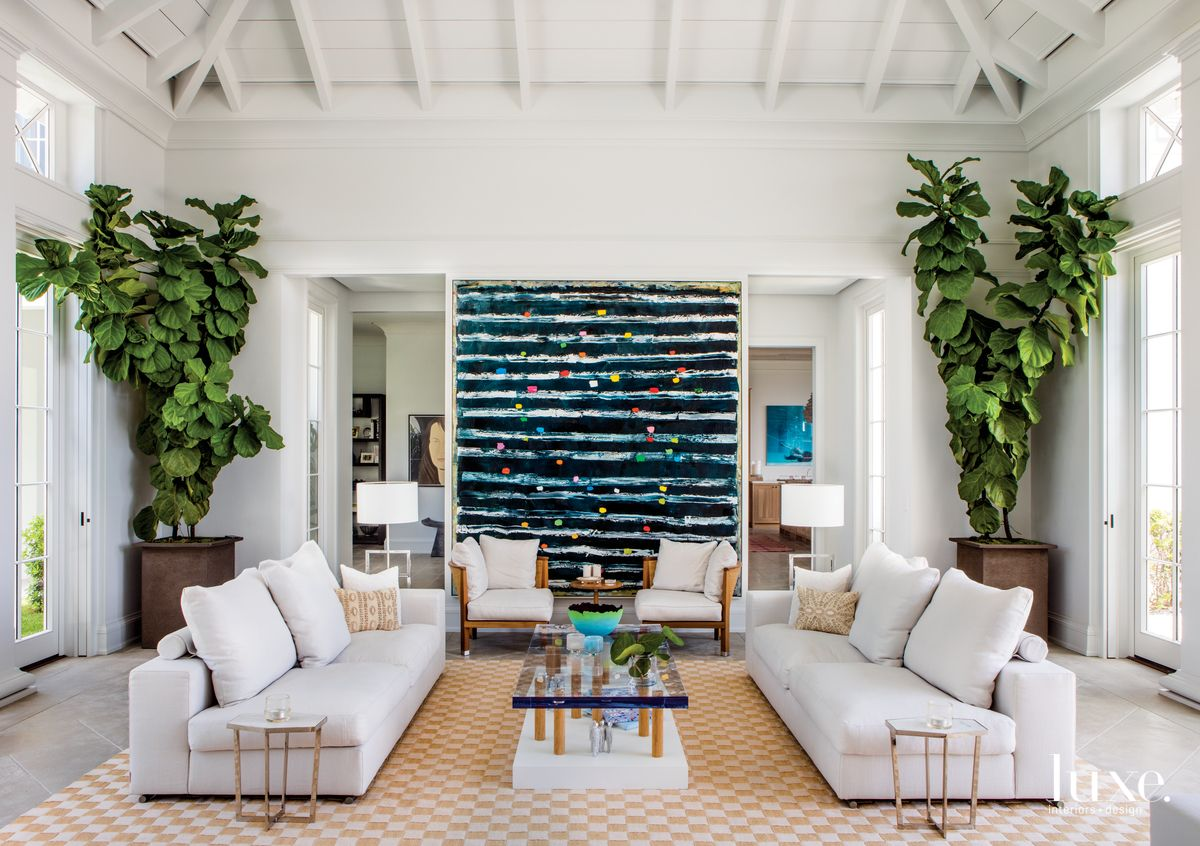 A Modern Tropical Retreat Epitomizes Coastal Chic Luxe Interiors Design In 2020 Tropical Interior Design Modern Tropical House Modern Tropical