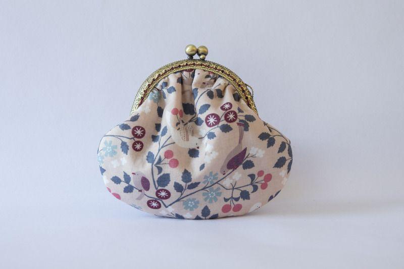 Porte monnaie rétro en tissu imprimé oiseaux , fleurs, fond rose : Porte-monnaie, portefeuilles par etoffe-et-bijoux