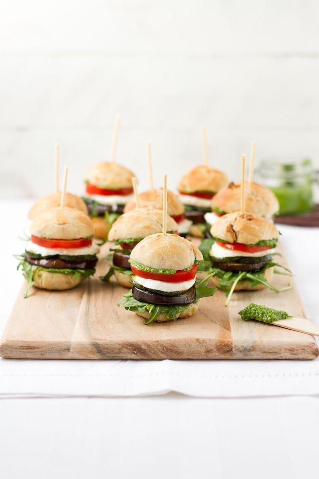 Antipasti Burger mit Tomate, Mozzarella, Aubergine ...