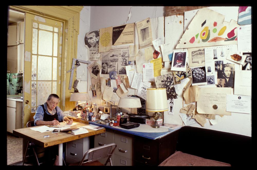 Die Künstlerin Louise Bourgeois lebte lange zurückgezogen in New York und schuf ihre Werke sozusagen im Home Office. In einer Online-Ausstellung sind nun Zeichnungen aus sechs Jahrzehnten zu sehen