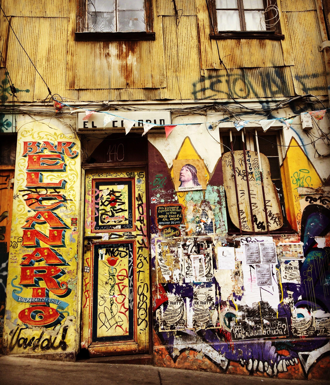 Esperando otra noche porteña. Bar El Canario. Valparaíso, Chile.