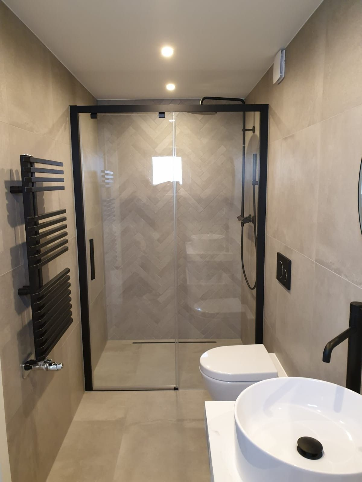 Design Bathroom 2020 Black Salle De Bain Design Douche A L Italienne Robinetterie Noire Vasque Posee Cera En 2020 Salle De Bain Design Salle De Bain Douche Italienne