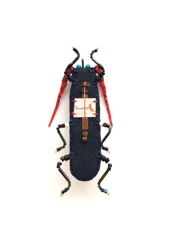 Broche de escarabajo. El latón sujetador, es bordado manualmente con perlas japonesas en interior de plástico, lino natural. Longitud es de 14 cm. Está en venta en una hermosa caja de cartón. Accesorio brillante y atractivo. Combinaciones de diferentes colores y los tamaños son posibles.