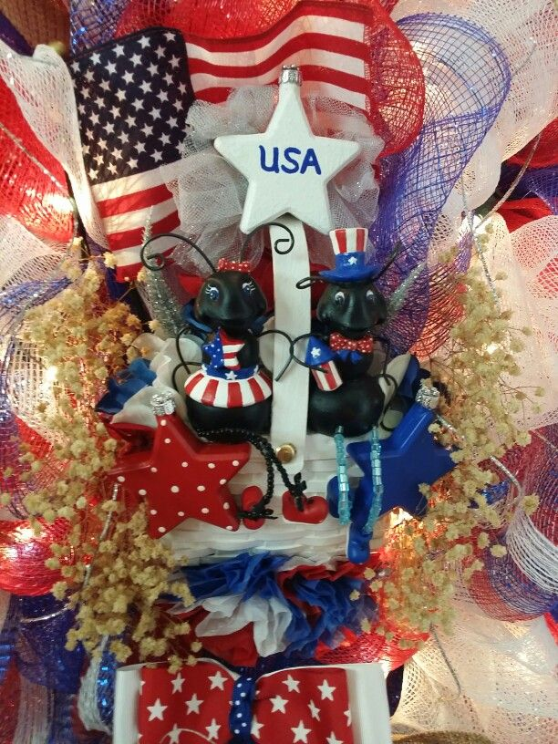 Up close center of my patriotic wreath.  I bought these little ants and then repainted them, glued them on a tiny picnic basket.  A perfect decoration for a fourth of July wreath
