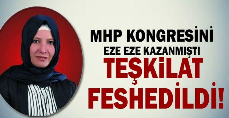MHP Korkuteli İlçe Kongresi'nde başkan adayı olan Berna Karakoyun ve Korkuteli Belediye Başkanı Hasan Gökçe MHP Genel Başkan adayı Akşener'i