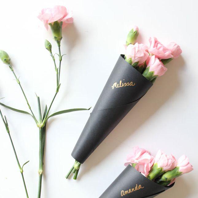 Цветы в черной упаковке