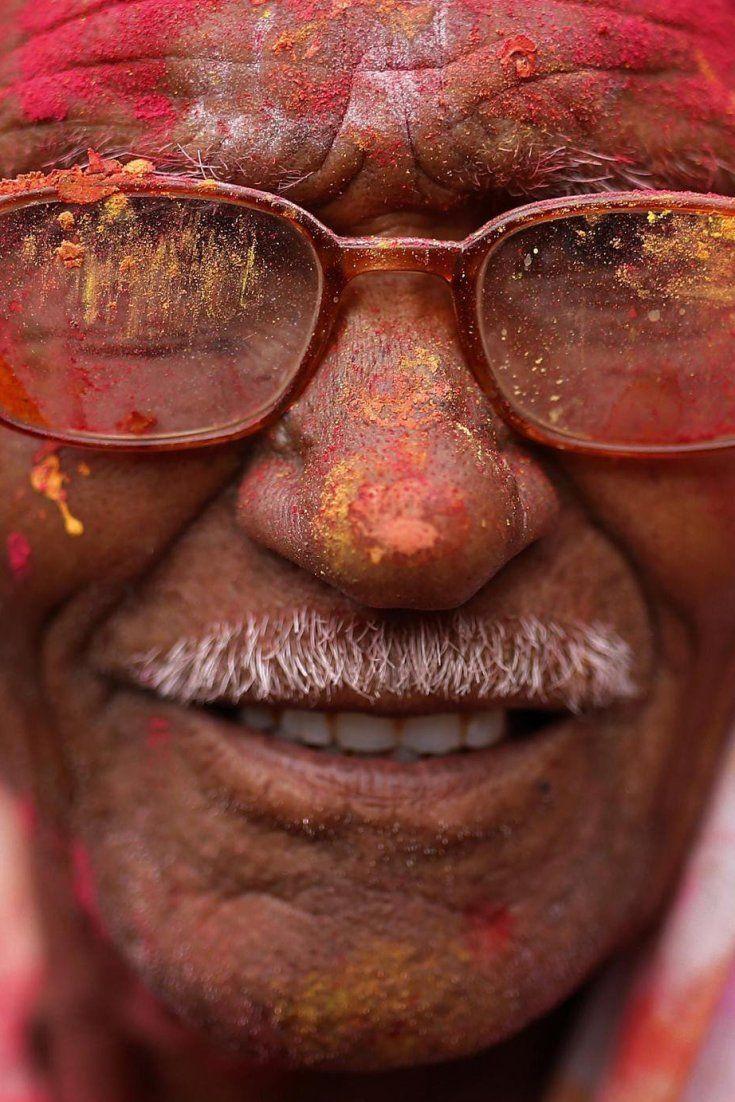 India se tiñe de colores con la fiesta de Holi (FOTOS)