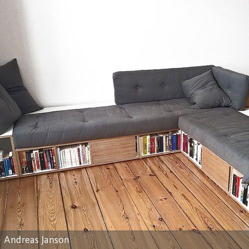 Elegant Stauraum Und Sofa In Einem Wohnelement. Ein Sofa Nimmt Im Raum Viel Platz  Ein,