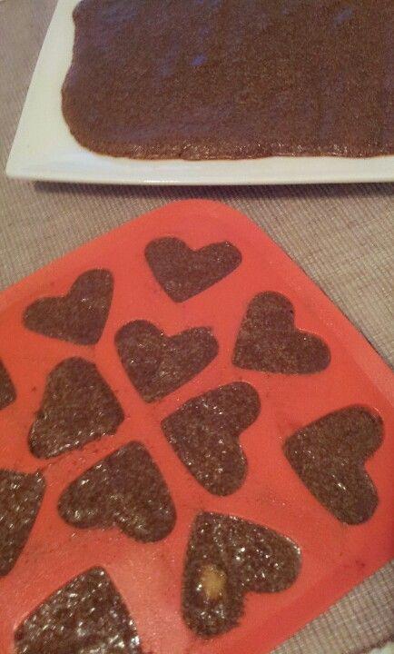 Rauwe chocolademouse: heel blikje zuivere kokosmelk met koffieschepje cia zaad, 4 theelepels rauwe cacao poeder, handje noten, paar rozijnen, handje goiibesjes. Alles goed blenderen. Schenken in siliconen ijsblokjes houder of schaaltje in diepvries of koelkast even laten harden. Hmmmm smullen maar!