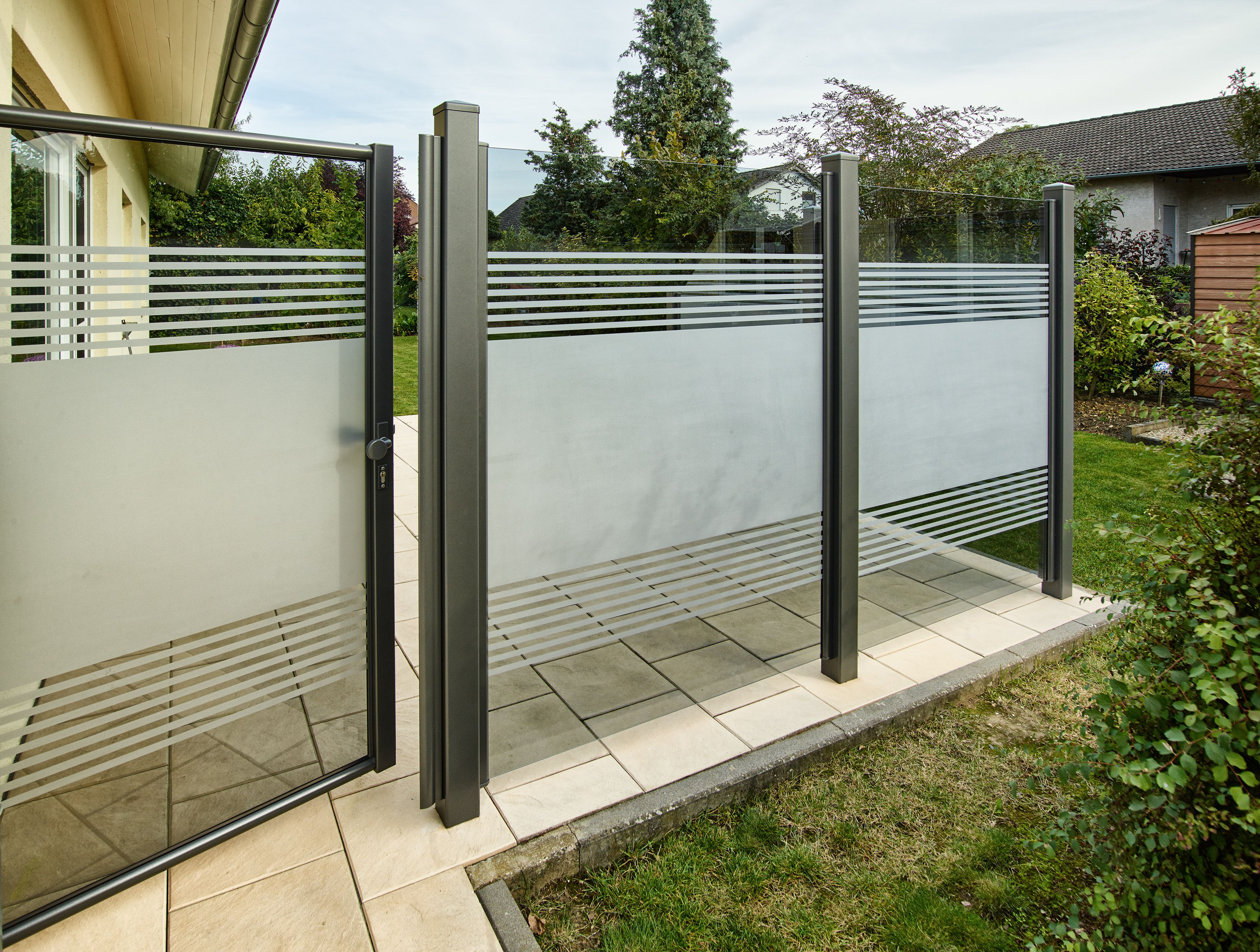 Teiltransparente Glaslösung Als Wind Und Sichtschutz