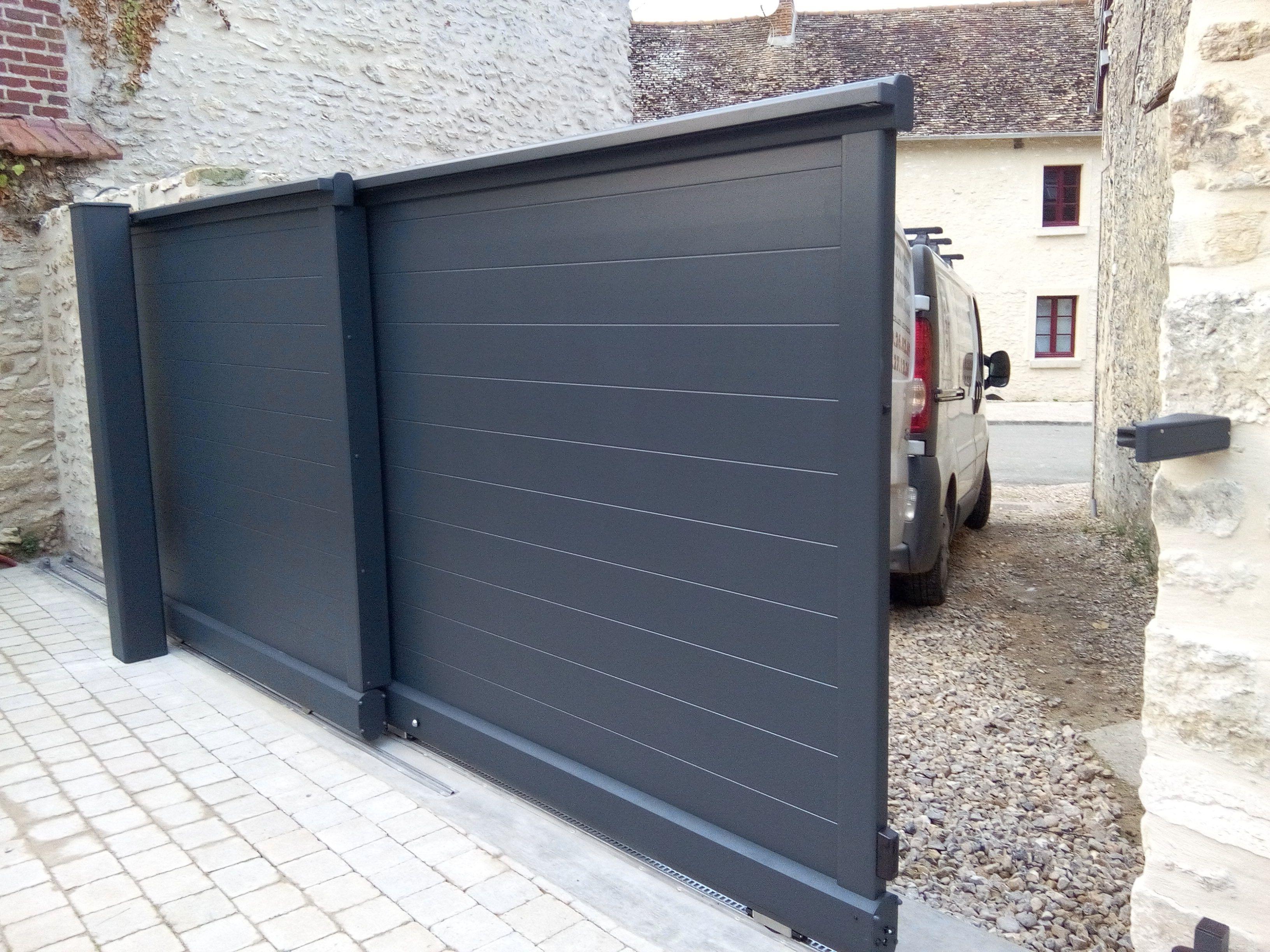 Portail coulissant automatique en aluminium gris anthracite form de deux vantaux t lescopique for Portail coulissant automatique