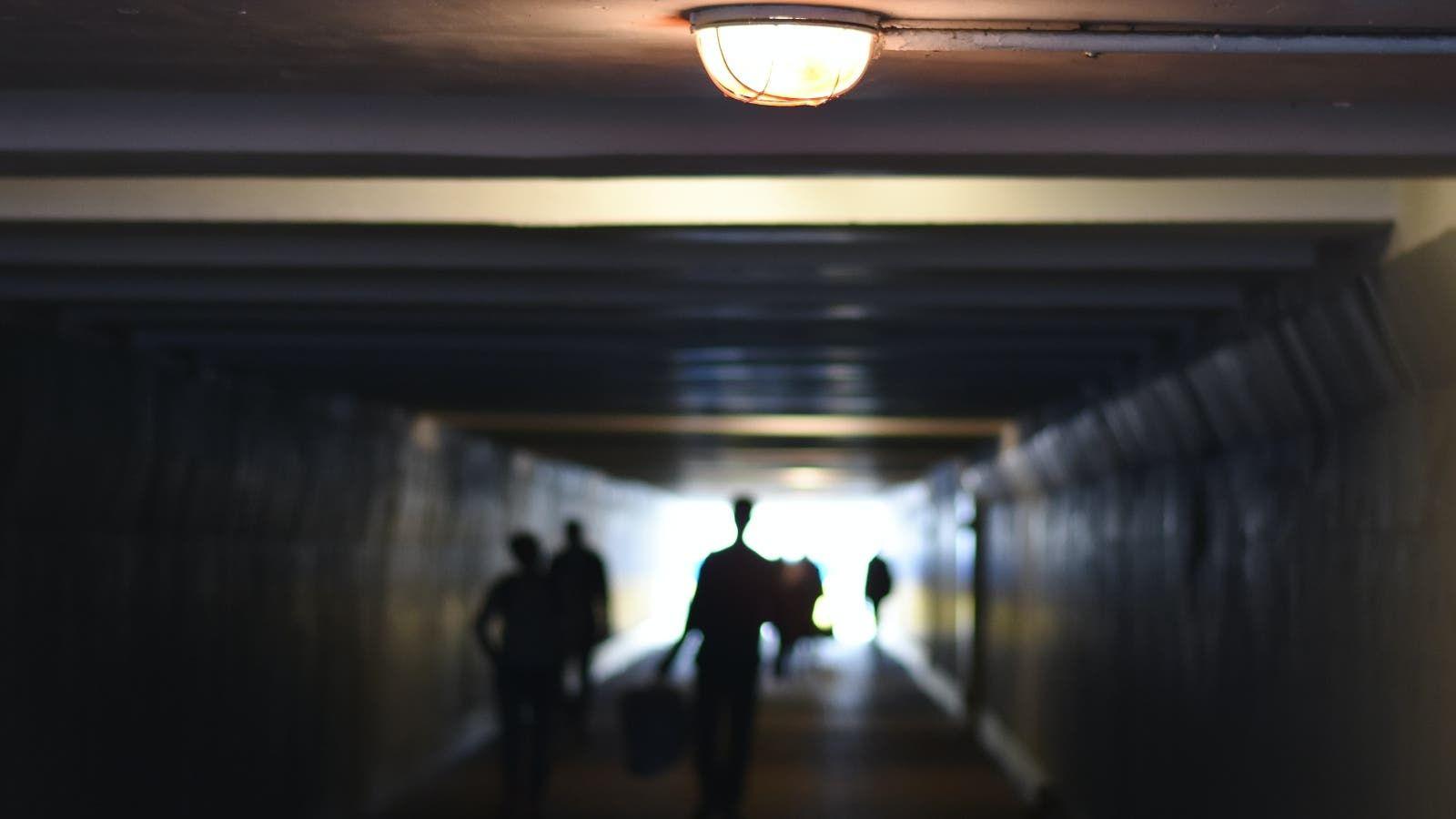 ما تفسير الحلم بممر ضيق في المنام Ceiling Lights Track Lighting Decor