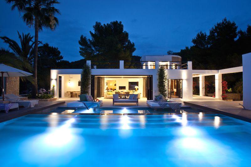 Verlicht zwembad met luxe villa ibiza pinterest luxe for Luxe villa met zwembad