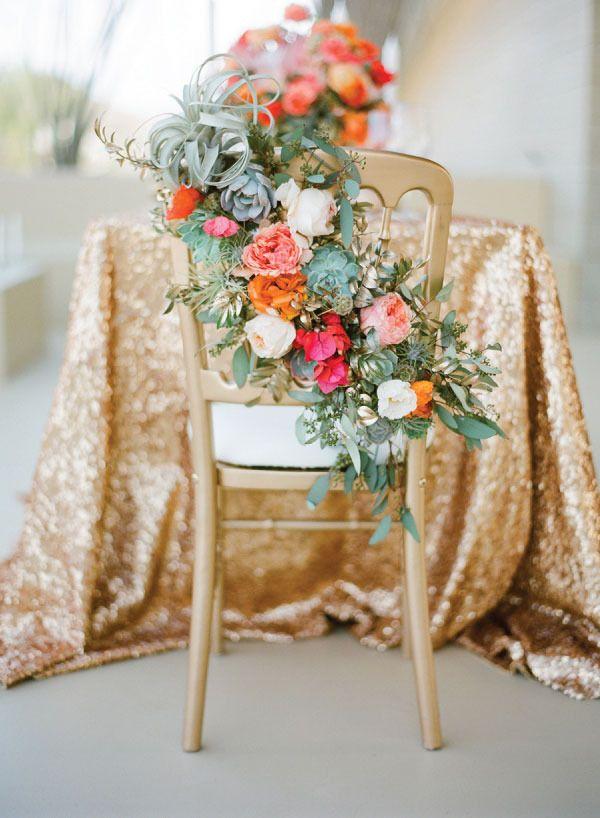 arreglo de flores en sillas! nos gusssta!