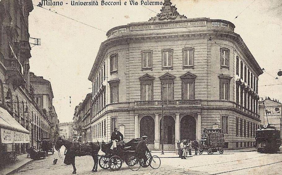 Largo Treves, con il bel palazzo dell'Università Luigi Bocconi, fondata nel 1902. La foto è successiva al 1910, probabilmente scattata alla vigilia della Grande Guerra, o subito dopo. Il palazzo non c'è più, al suo posto un terribile palazzo pubblico.