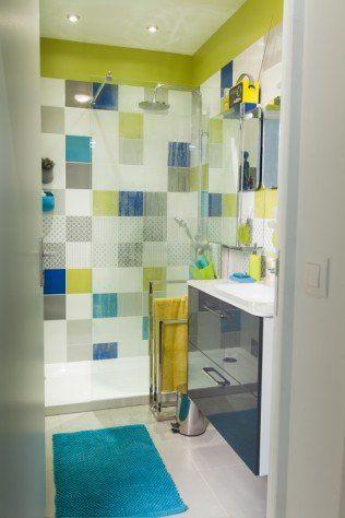de la vitalité dans la douche avec un mix de carrelages gris, bleu