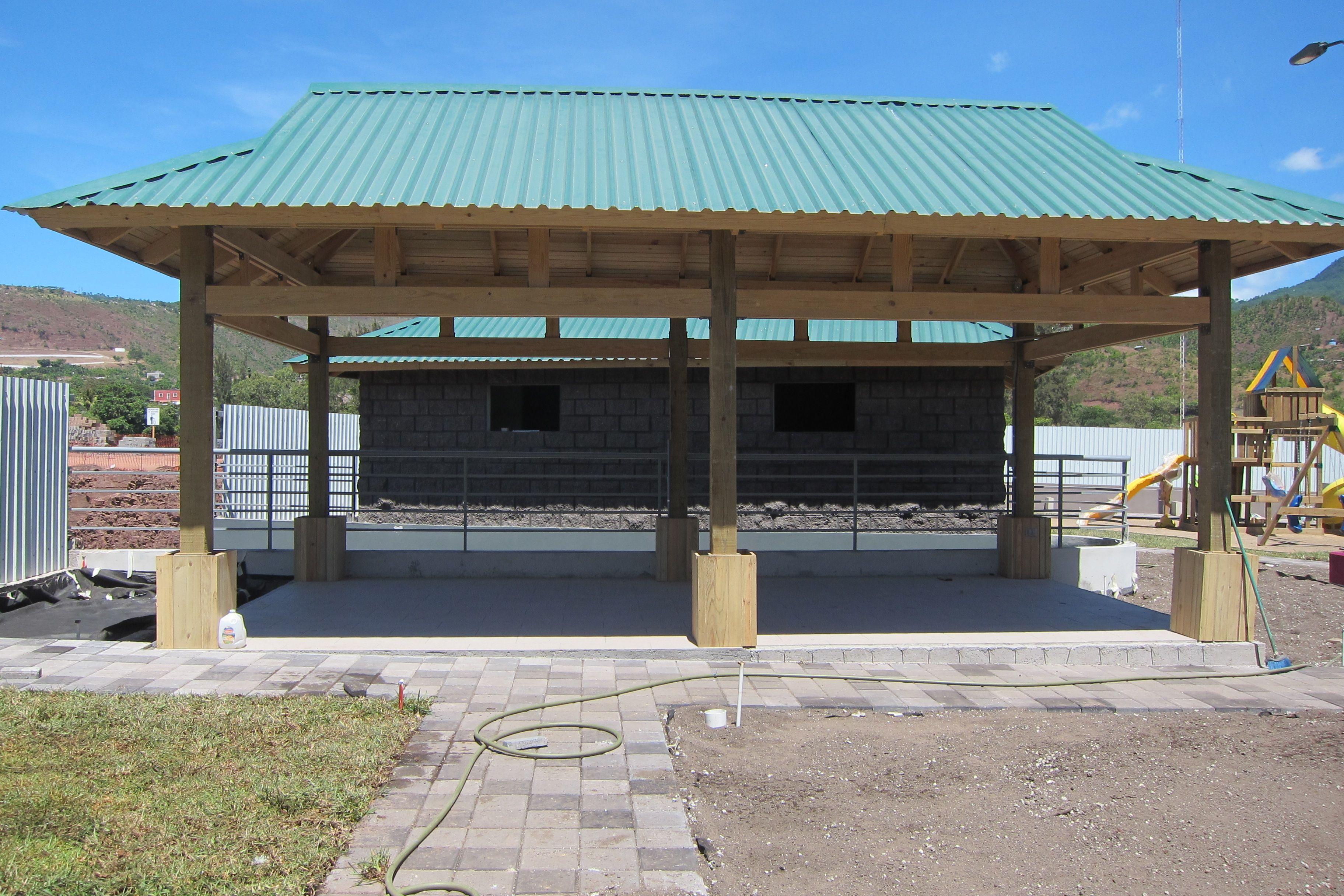 Avances constructivos del rea social kiosco estructura for Fotos de kioscos de madera