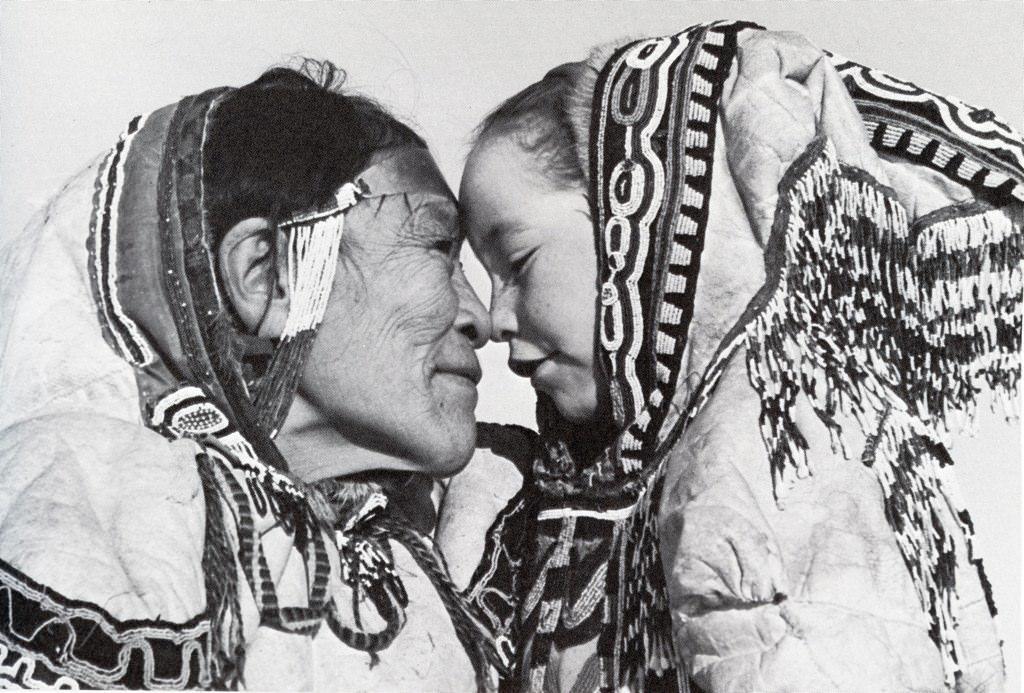 Картинка как здороваются эскимосы