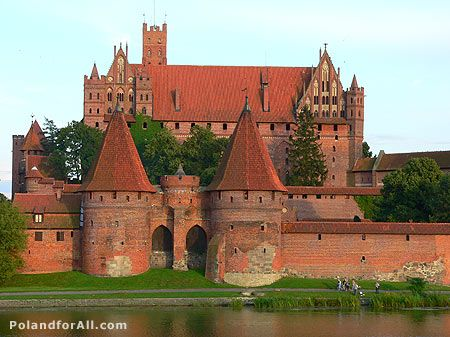 Castillo de Malbork, Polonia.  Es la fortaleza más grande de Europa. Fue construído como sede del Gran Maestre de la Orden Teutónica en 1274. Parcialmente destruído durante La II Guerra Mundial es, hoy en día, Patrimonio de la Humanidad.