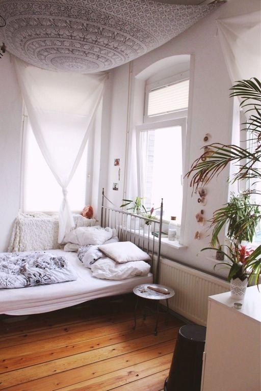 Perfekte WG-Zimmer-Inspiration helle Wände, gemütliches Bett, helle
