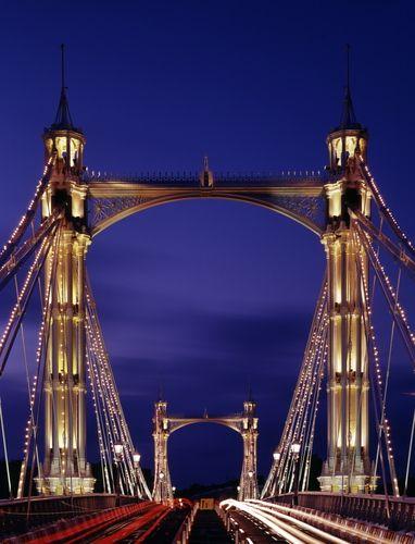 Albert Bridge, construido sobre el Tamesis entre  1870 y 1973 en honor al Principe Alberto, el  marido de la  Reina Victoria. Une los barrios de Chelsea, al norte, con Battersea, al sur