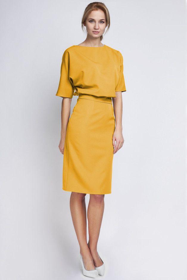 Elegantes, tailliertes, knielanges Kleid in gelb / Elegant ...