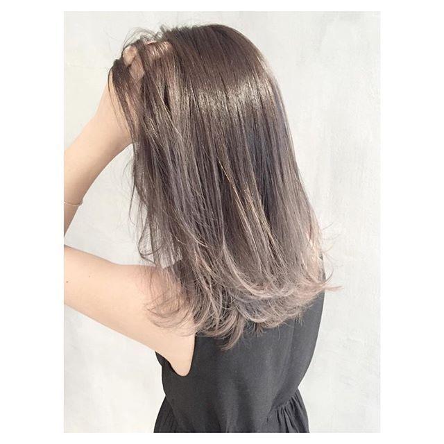 ホワイトグレージュグラデーションもまだまだ人気です グラデーションカラー ボブ ロングヘアー ショートヘア ヘアアレンジ ヘアカラー 外国人風 髪色 アッシュ 内巻き 外ハネ ヘアスタイル スタイリング 巻き方 Hair Color Hairstyle Long Hair Styles