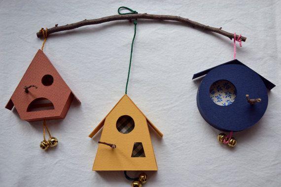 Le casette degli uccellini sono state ideate come pendaglio da mettere sopra la culla dei bebè, in principio per stimolare la sensorialità del bambino,