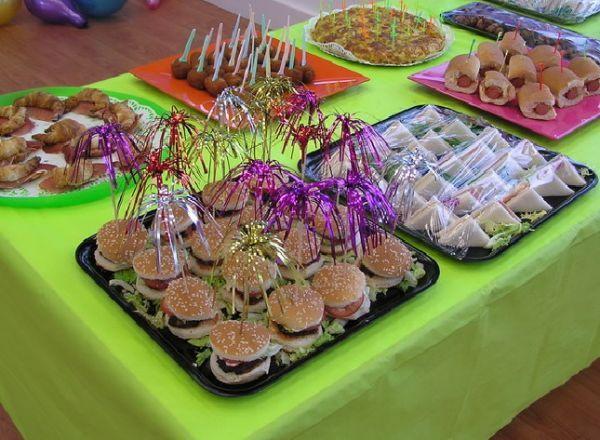 Idea Para Piñata Colocar Una Variedad De Snacks Merienda Cumpleaños Comida Para Cumpleaños Meriendas