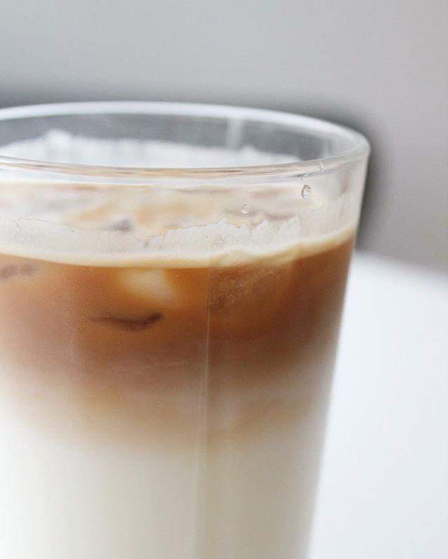 ISKAFFE   Iskaffe er ofte en kaloriebombe med masser af sukker og fedt fra mælk/flødeis. Ved at lave nogle små justeringer, så kan du få en mere sukker - og fedt fattig iskaffe, uden at gå på kompromis med smagen   Til et glas: - 1 shot kaffe efter smag - Skummetmælk - Bodylab zero topping, f.eks. med karamelsmag - Isterninger  Bryg en stærk kaffe eller et espresso shot. Hæld isterninger, sirup og mælk i et glas og top forsigtigt med kaffen. Nyd med det samme