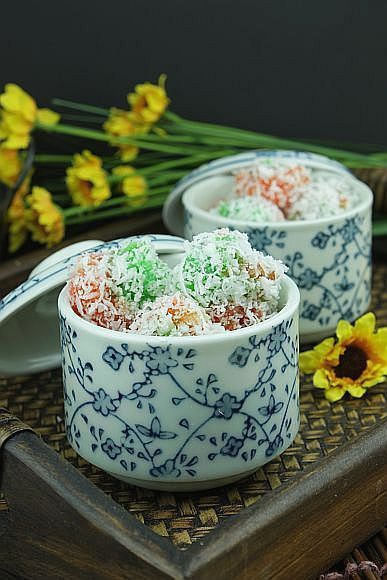 Steamed Sago Rolled in Coconut
