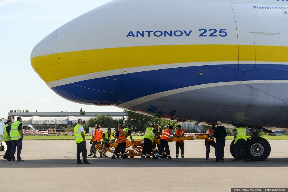 Gelio (Степанов Слава) - An-225 Mriya is the world's largest aircraft (English version) - The tow bar used for other airplanes is impossible to use for towing An-225; therefore, the tow bar for the aircraft is taken onboard.