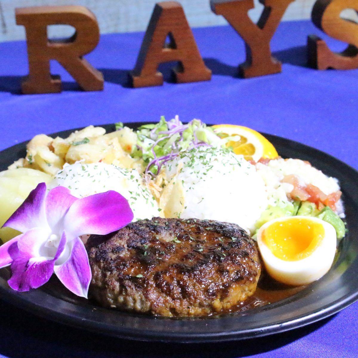 鎌倉駅から江ノ電で2駅。由比ガ浜のビーチに、ハワイで大人気のフリフリチキンの日本第1号店〈RAY'S ORIGINAL BROILED CHICKEN〉がオープン!食べられるのは7月1日(土)〜8月31日(木)までの期間限定!オープンに先立ち開催されたメディア内覧会での様子をレポートします。