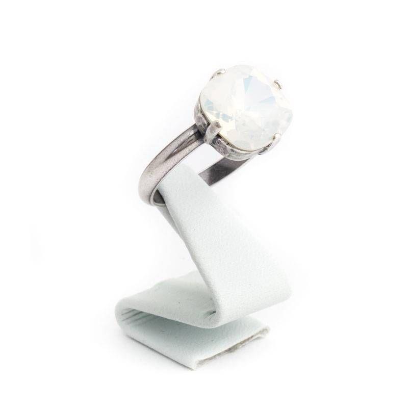 Een fraaie opaal witte ring van Krikor uitgevoerd in Swarovski Elements kristal in de kleur White Opal. De ring is verstelbaar dus past altijd.