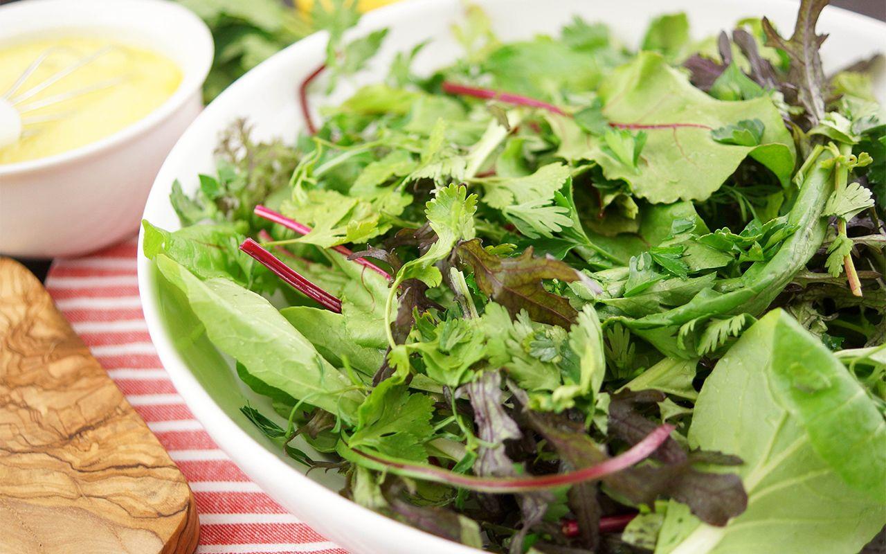 Wild Greens - Frühlingssalat mit Kräutern und Zitronen-Sahne-Dressing
