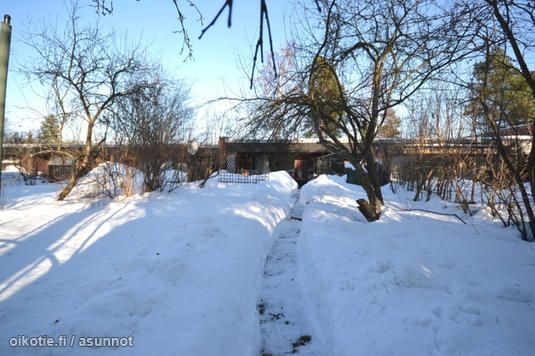 kuvista päätellen myydään Lumikasa Pakilassa, talo tuolla takana kai kuuluu kauppahintaan. Ainakin joku noista.