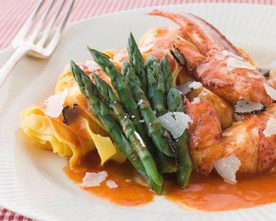 Homard en sauce, tagliatelles et asperges vertes