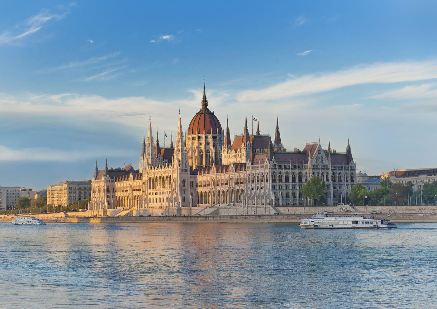 Budapest es la capital y ciudad más poblada de Hungría, así como su principal centro industrial, comercial y de transportes