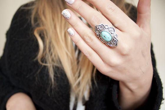 me gusta el anillo ademas de el look k escogio este dia