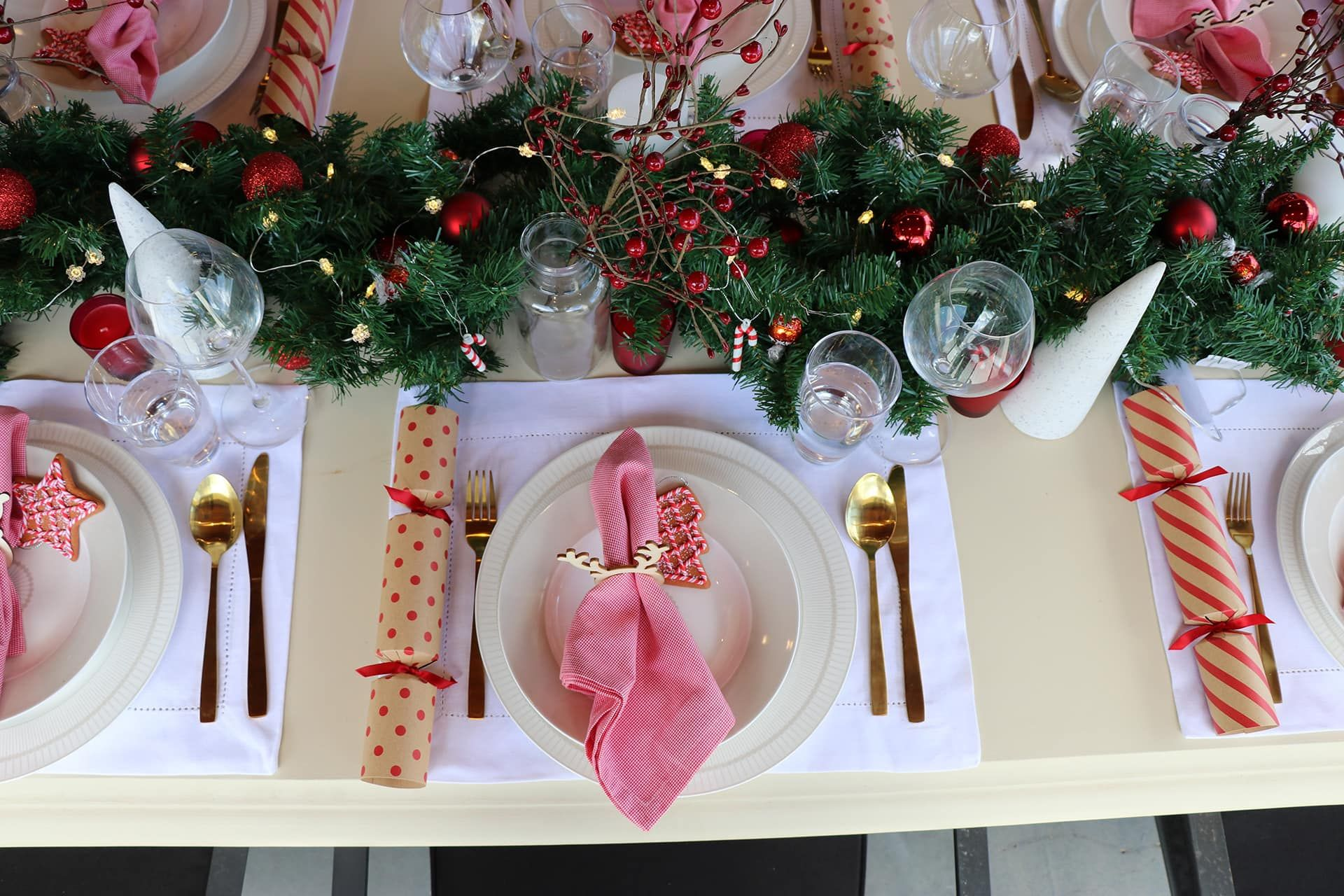 Cheap Christmas Table Setting Ideas In Red And Gold Colours Christmas Table Styling Ideas With W Christmas Table Christmas Table Settings Christmas Tablescapes