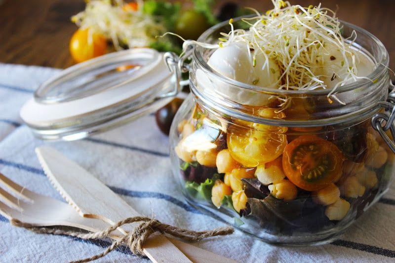 La dieta mediterránea es una forma de alimentación muy saludable y que no   debemos abandonar en verano. A veces, por el ext...