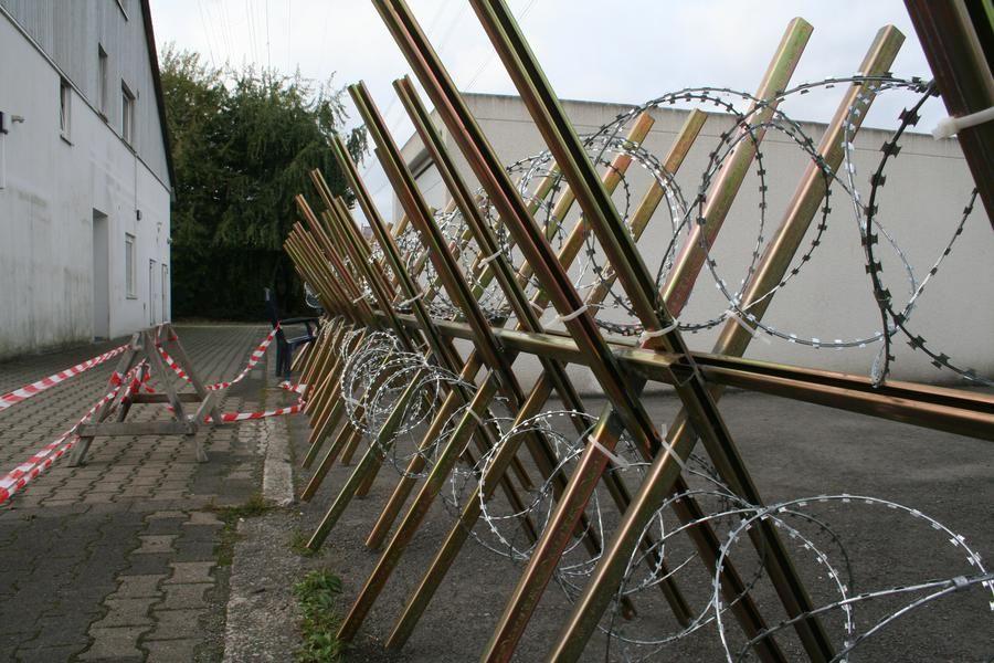Abgesägte Stahlprofile und Nato-Sicherheitsdraht mit ...