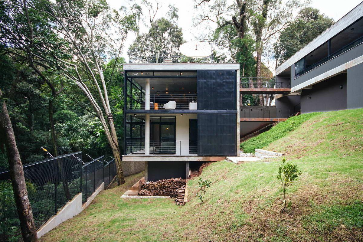 флора, теплое многоэтажный дом выстроенный на склоне фото отличает демократичная, почти