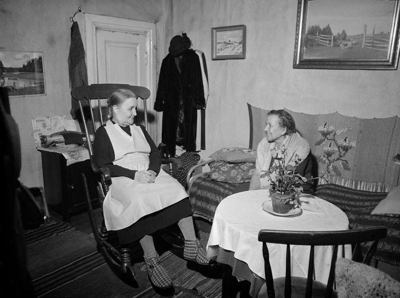 Kuvassa Iso Roobertinkatu 20-22:n asukkaita. On vuosi 1955 ja talo on määrätty purettavaksi. Puutalon asukkaat ovat vedonneet talon omistaji...