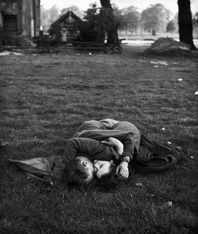 American soldier with his English girlfriend In Hyde Park, London, 1944 Photo by Ralph Morse - Plus ça change.