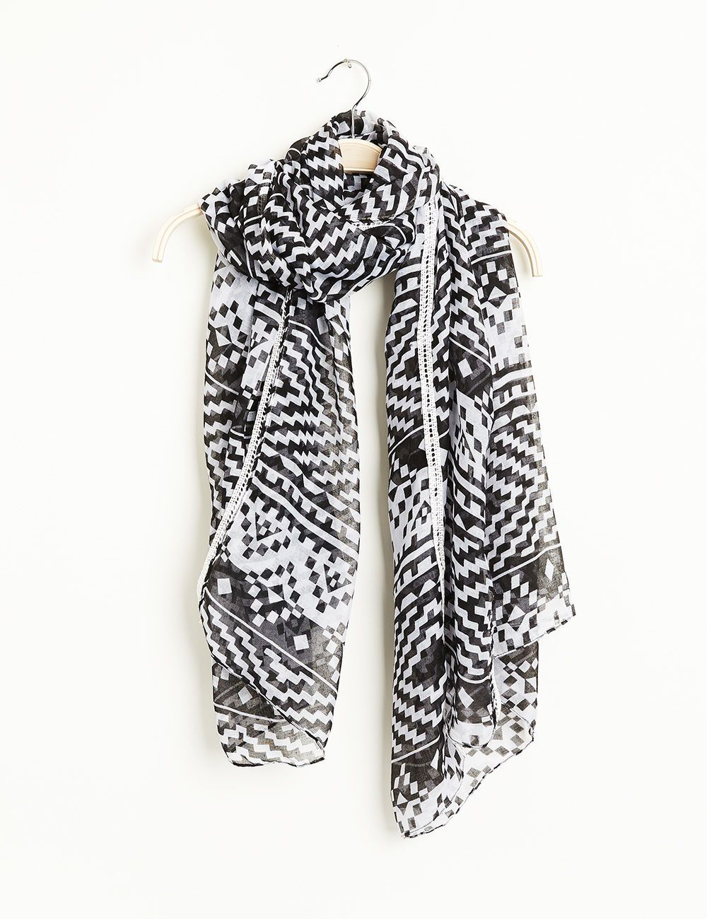 6c65a0b2ea33 Foulard imprimé aztèque noir et blanc JENNYFER 3, 99 euros   soldes ...